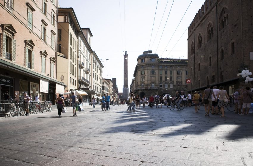 Axa compra un immobile prime high street a Bologna